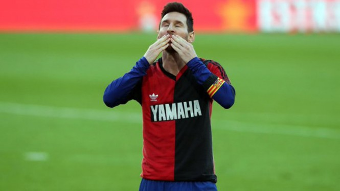 Selebrasi Lionel Messi kenang Diego Maradona dengan Jersey Newell's Old Boys.
