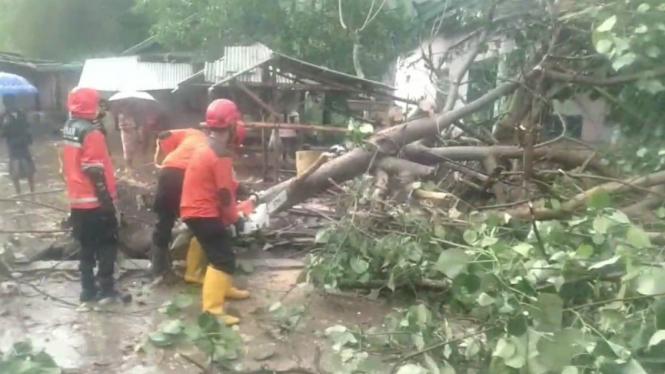 Angin kencang rusak puluhan rumah di Lombok, NTB.