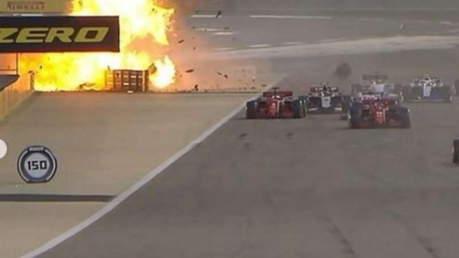 Pembalap tim Haas, Romain Grosjean kecelakan di F1 GP Bahrain.