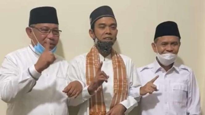 Ustaz Abdul Somad (UAS) bersama pasangan calon wali kota dan wakil wali Kota Medan, Akhyar Nasution-Salman Alfarisi pada Minggu, 30 November 2020.
