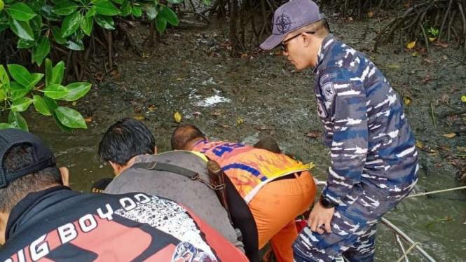 VIVA Militer: Prajurit TNI Lanal Kotabaru evakuasi jasad Samsir.