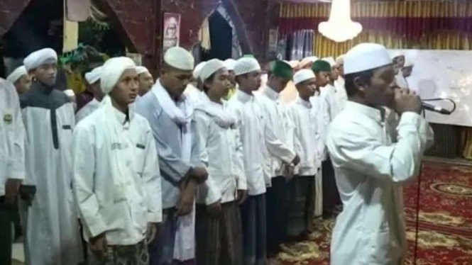 Azan di Pondok Pesantren Tajul Alawiyyin Pimpinan Al Habib Bahar Bin Smith.