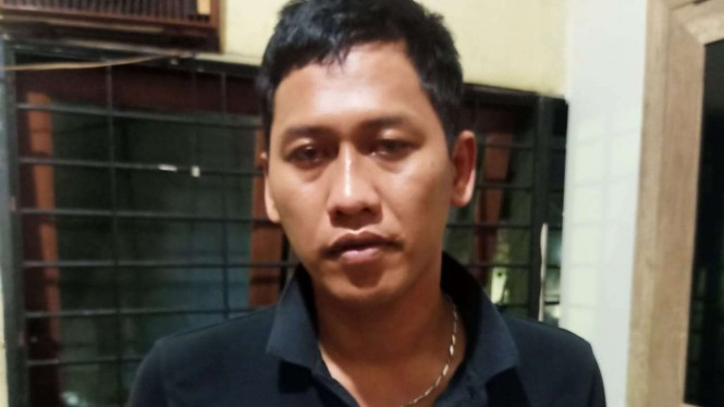 Seorang dari dua orang tersangka penyelundup narkoba dengan modus operandi mengelabui polisi dengan tawuran di Johar Baru, Jakarta Pusat.