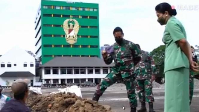 VIVA Militer: Jenderal TNI Andika Perkasa menemui Sandi di selokan
