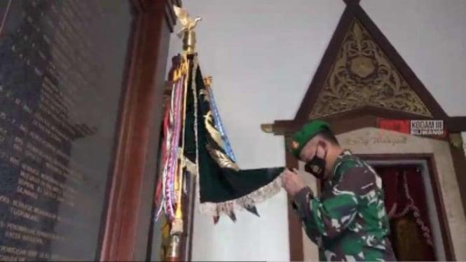 VIVA Militer: Komandan Paspampres Brigjen TNI Agus Subiyanto cium panji Korem SK