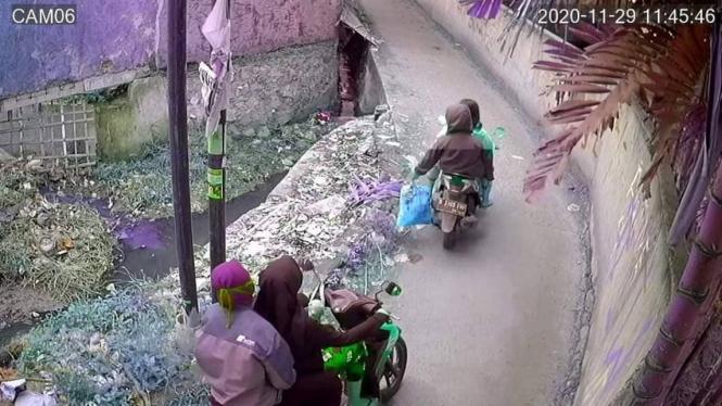 Foto tangkapan layar pembuangan sampah liar.