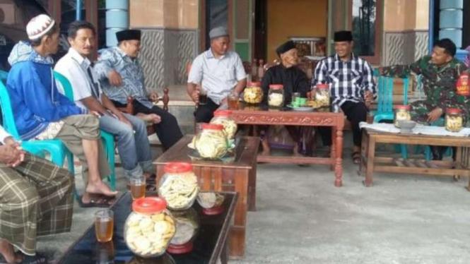 Ilustrasi warga desa menjalani tradisi.