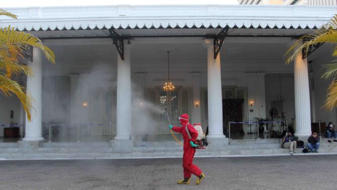 Penyemprotan Disinfektan di Gedung Balaikota DKI Jakarta