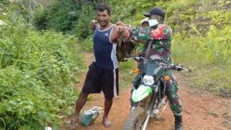 VIVA Militer: Serda TNI Syarif membantu warga Kampung Natabui, Yapen Barat
