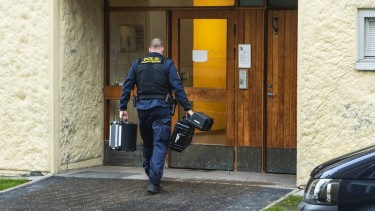 https://thumb.viva.co.id/media/frontend/thumbs3/2020/12/02/5fc6838ba7d49-seorang-ibu-swedia-ditangkap-karena-sekap-putranya-di-flat-selama-puluhan-tahun_375_211.jpg