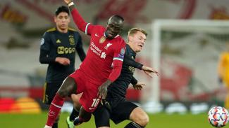 Penyerang Liverpool, Sadio Mane berduel dengan pemain Ajax Amsterdam