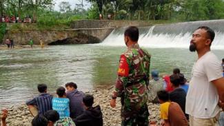 VIVA  Militer: Serka TNI Wijo dalam SAR tenggelamnya Anjar.