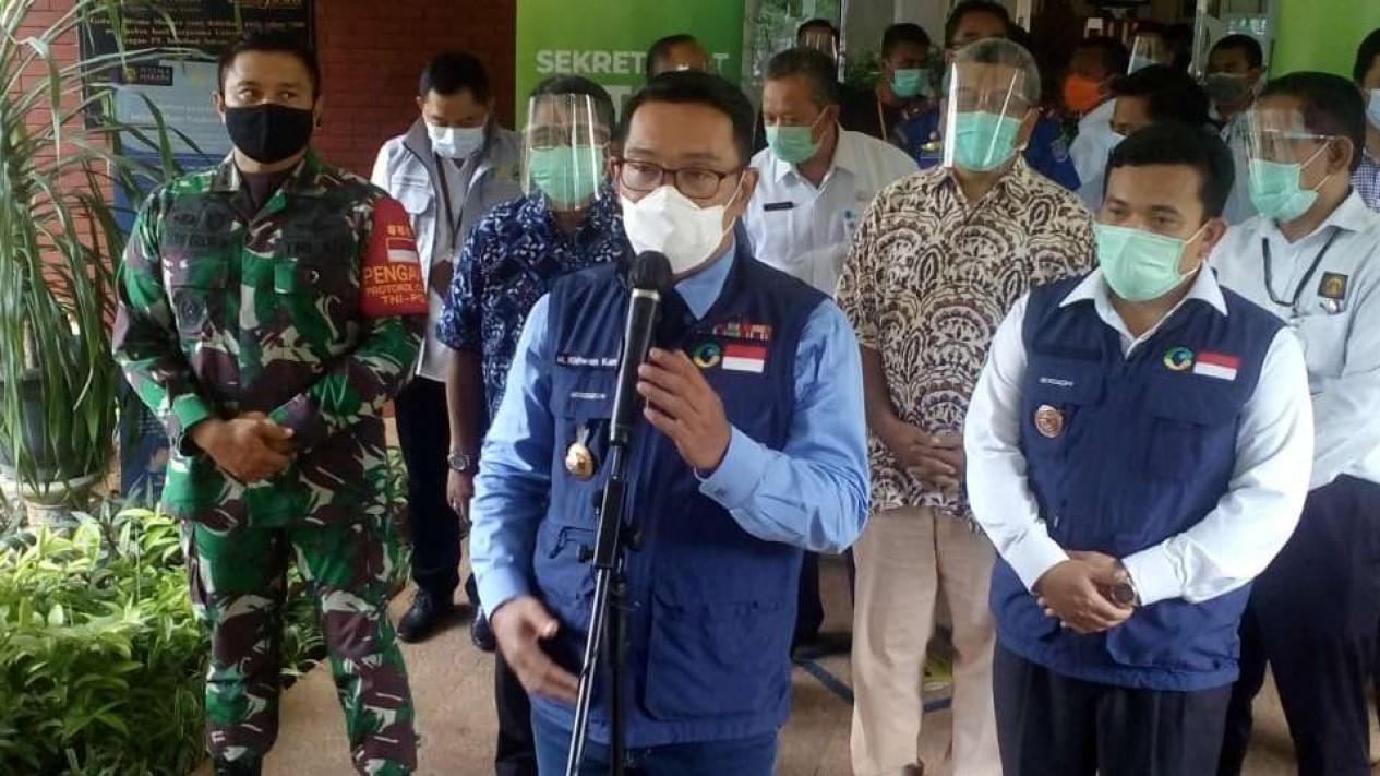 Gubernur Jawa Barat Ridwan Kamil berbicara kepada wartawan saat kunjungan kerja di Depok pada Rabu, 2 Desember 2020.