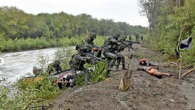 VIVA Militer: Prajurit Yonif 5 Marinir Pasmar 2 Surabaya lumpuhkan perompak