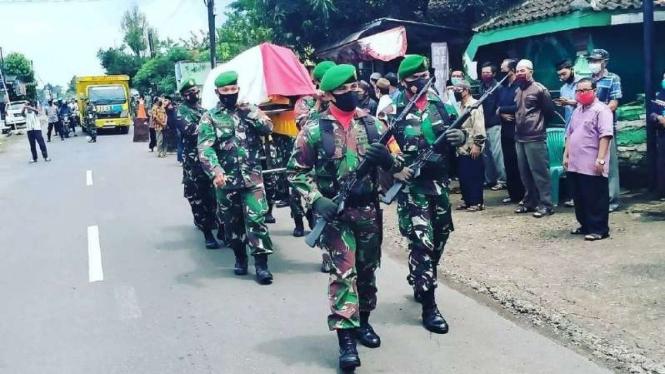 VIVA Militer: Prosesi pemakaman Peltu Soemardi.