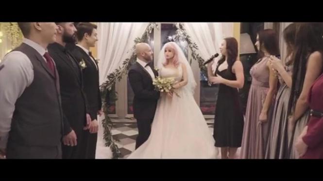 Binaragawan Kazakhstan resmi menikah dengan boneka seks