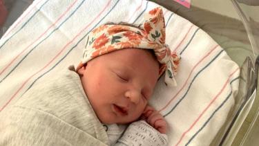 https://thumb.viva.co.id/media/frontend/thumbs3/2020/12/04/5fc9295f3859d-bayi-perempuan-pecahkan-rekor-dilahirkan-dari-embrio-yang-diciptakan-27-tahun-lalu_375_211.jpg