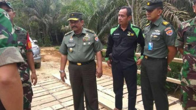 VIVA Militer: Brigadir Jenderal TNI Sudjari semasa hidup (tengah)