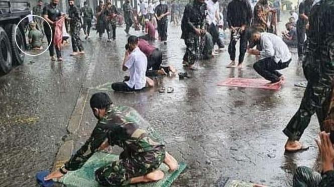 VIVA Militer: Prajurit Yonif 410 Alugoro terpa hujan saat Salat Jumat.