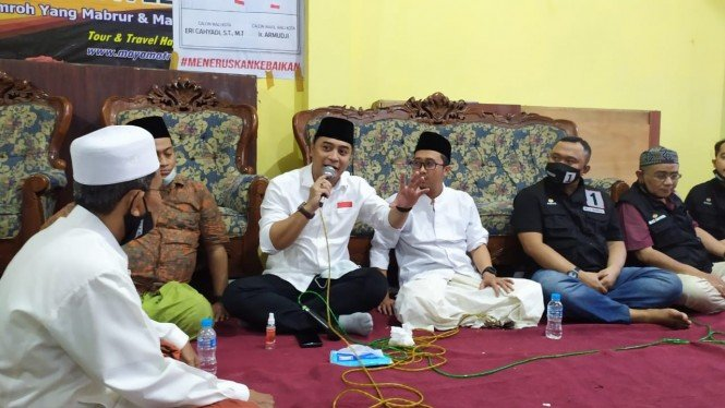 Eri Cahyadi bersama relawan Bala Bhinneka menyapa warga Surabaya Utara.