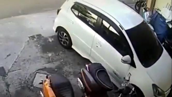 Mobil LCGC senggol motor Vespa hingga ambruk