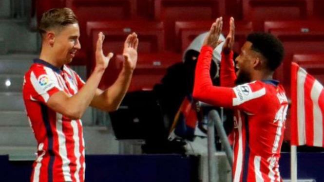 Pemain Atletico Madrid, Thomas Lemar dan Marcos Llorente rayakan gol.