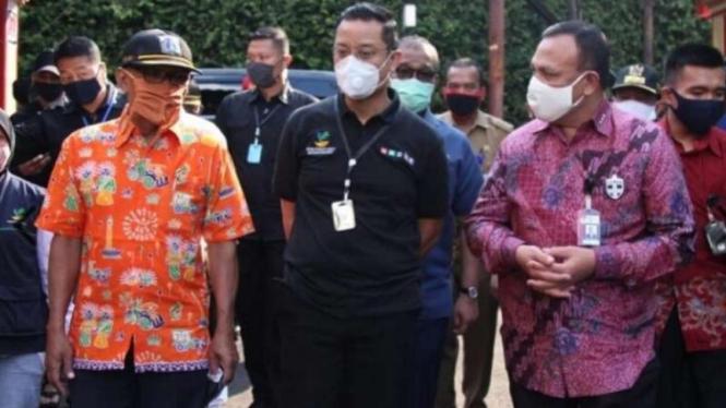 Mensos Juliari Batubara (tengah) ketika bersama Ketua KPK Firli Bahuri. (Foto dokumentasi)