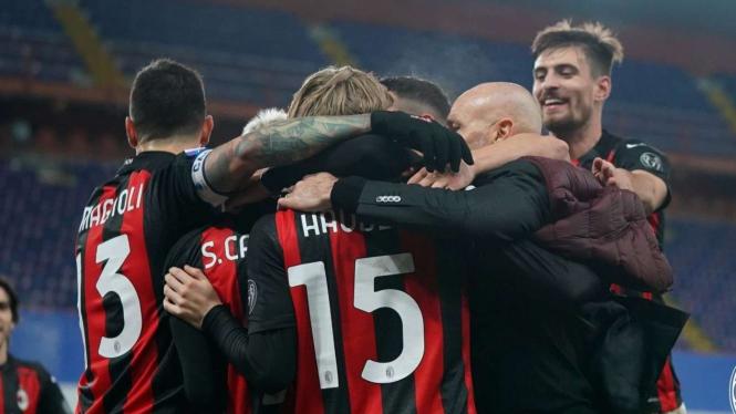 Stefano Pioli merayakan kemenangan bersama pemain AC Milan