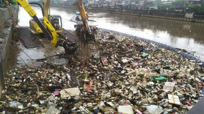 Curah hujan tinggi, sampah menumpuk di Kanal Banjir Barat.