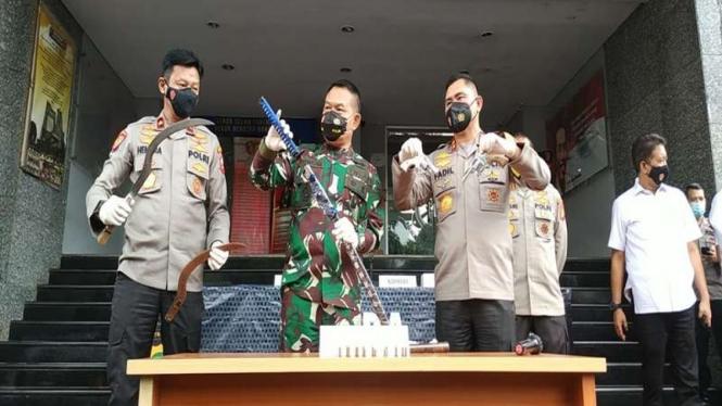 Kapolda Metro dan Pangdam Jaya perlihatkan barang bukti penyerangan anggota