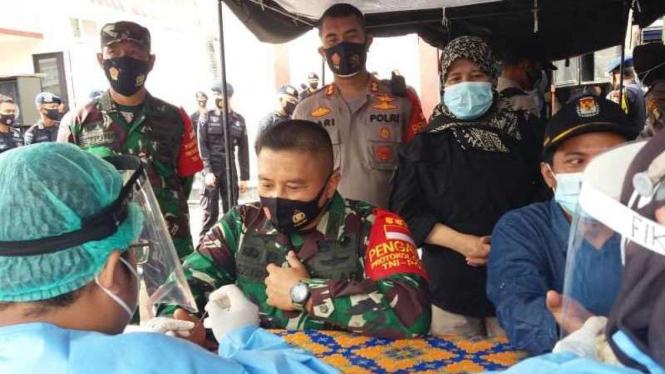 Aparat Keamanan Yang Mengawal Pilkada Depok Menjalani Rapid Test