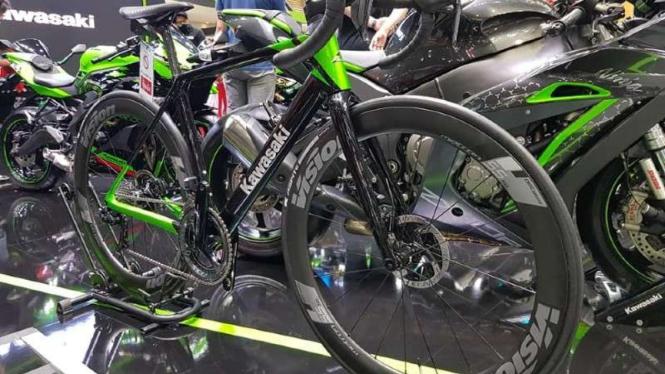 Sepeda rancangan Kawasaki disebut memakai rangka karbon.