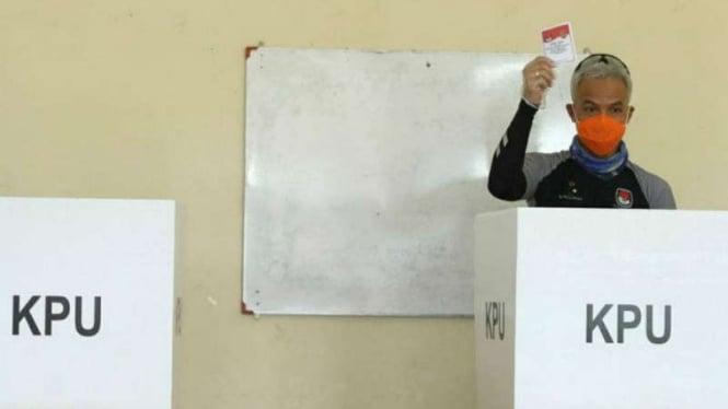 Gubernur Jateng Ganjar Pranowo menggunakan hak pilih pada Pilwalkot Semarang.