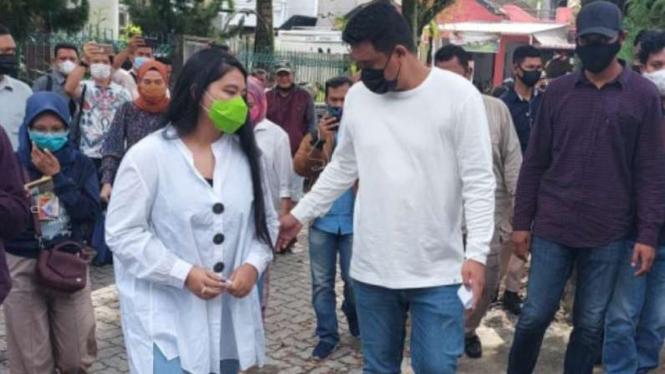 Bobby Nasution menyalurkan hak suara ditemani istrinya, Kahiyang Ayu.