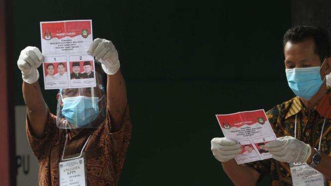 Penghitungan suara di TPS 22 Manahan, Solo.