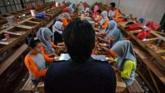 Ilustrasi pekerja pabrik rokok.