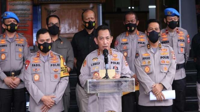 7 jenderal polisi saat umumkan Habib Rizieq jadi tersangka kasus kerumunan massa di Petamburan atas Imam Besar FPI Habib Rizieq Shihab. Bertempat di Polda Metro Jaya, pengumuman itu dihadiri langsung oleh tujuh jenderal polisipada Kamis 10 Desember 2020.
