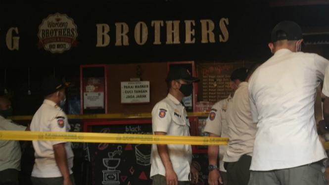 Aparat segel kafe lokasi yang terjadi pengeroyokan terhadap Lurah Cipete