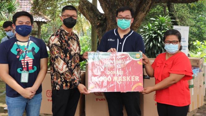 Kado natal dan masker dari customer Living World Alam Sutera pada panti asuhan