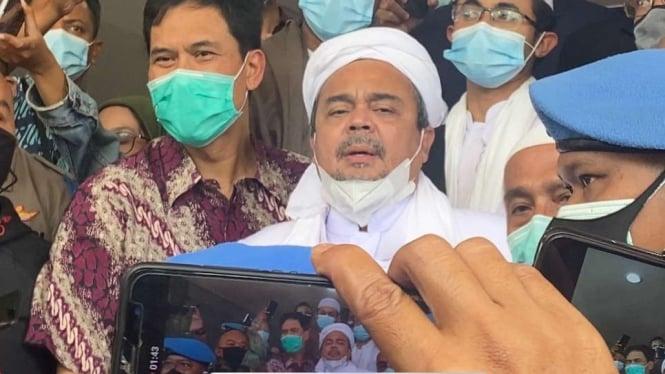 Munarman temani Habib Rizieq Shihab (tengah) di Markas Polda Metro Jaya, Sabtu, 12 Desember 2020.