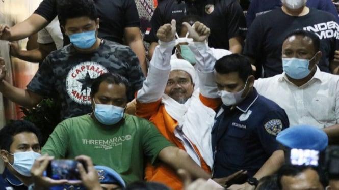 Imam Besar Habib Muhammad Rizieq Shihab mengenakan baju tahanan dan diborgol usai pemeriksaan.