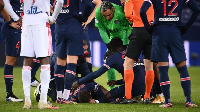 Bintang Paris Saint-Germain, Neymar, dikelilingi pemain lain usai kena tekel