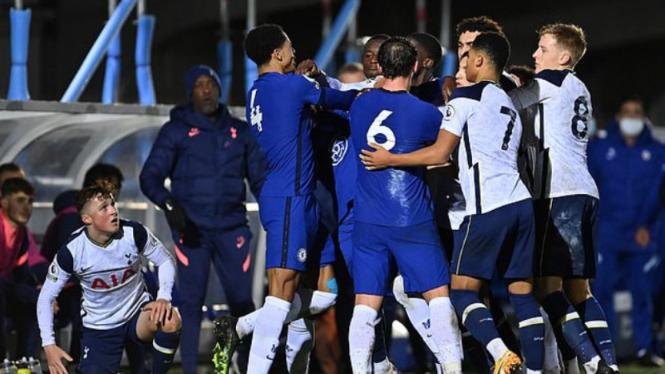 Keributan saat gelandang Chelsea, Danny Drinkwater, tekel pemain Spurs U-23