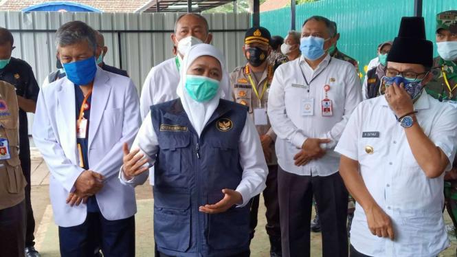 Gubernur Jawa Timur Khofifah Indar Parawansa bersama para kepala daerah di Malang Raya usai meresmikan Rumah Sakit Lapangan Ijen Boulevard di Kota Malang, Rabu, 16 Desember 2020.