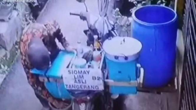 Aksi menjijikkan dilakukan oleh seorang penjual siomay.