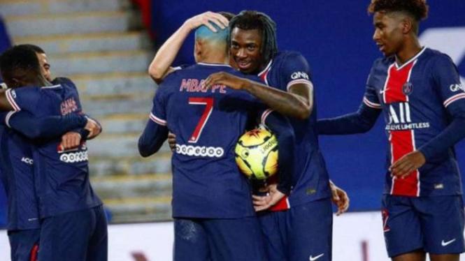 Pemain Paris Saint-Germain (PSG) rayakan gol.