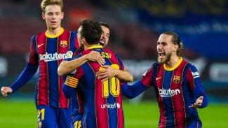 Lionel Messi merayakan gol Jordi Alba.