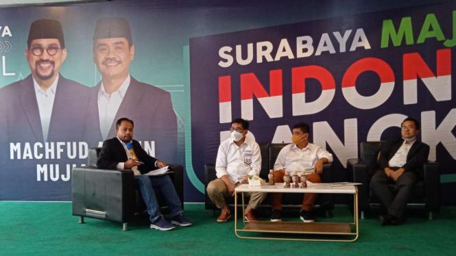 Machfud Arifin dan Mujiaman mengumumkan rencana mereka mengajukan gugatan ke Mahkamah Konstitusi atas hasil pilkada Surabaya dalam konferensi pers di Surabaya, Kamis, 17 Desember 2020.
