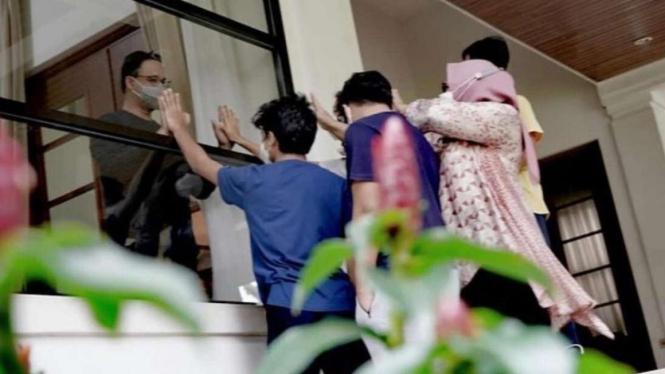 Gubernur DKI Anies Baswedan yang Isolasi Mandiri Dijenguk Istri dan Anak-anaknya