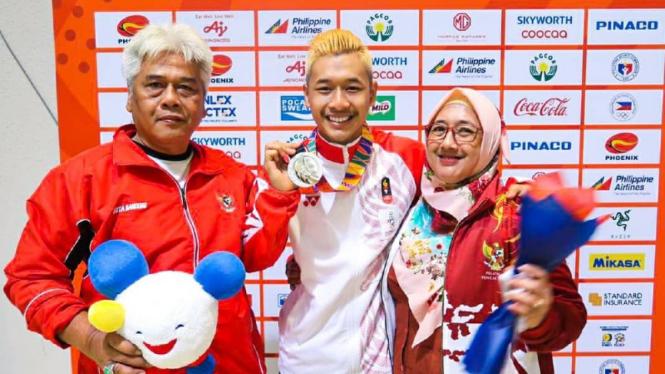 Pesilat Indonesia, Hanifan Yudani Kusumah, dan sang ayah, Dani Wisnu (kiri)
